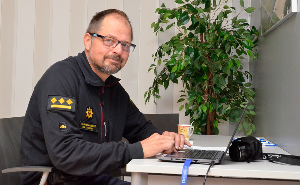 Valmiuspäällikkö Ari Soppela Lapin pelastuslaitokselta vastasi elokuisen Nuotta 2016 -öljyntorjuntaharjoituksen mediayhteyksistä. Johtokeskuksessa Kemin paloasemalla riitti kuhinaa, mutta Soppela on tottunut työssään venymään moneksi. Hyvät verkostot auttavat työssä. Hän haluaa pitää kynnyksen matalana sille, että ihmiset ja tiedotusvälineet voivat ottaa yhteyttä.