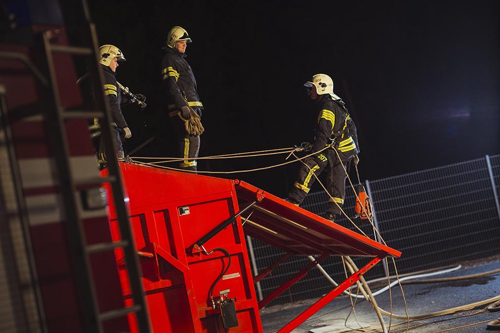 Hyvinkää on malliesimerkki hyvinvoivasta VPK:sta. Palokuntalaiset harjoittelivat kattosimulaattorilla lokakuisena iltana.