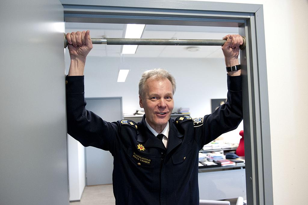 Pelastusjohtaja Pekka Vänskä työhuoneensa leuanvetotangolla.