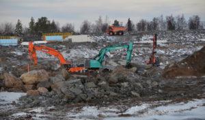 Hanhikivi 1 -ydinvoimalaitosprojektin työmaalla Pyhäjoen Hanhikivenniemellä tehdään parhaillaan reaktori- ja turbiinialueiden perusteiden valmistelevaa louhintaa. Betonivaluja tai muita rakenteita ei saa tehdä ennen rakentamislupaa vuonna 2018. Kaupallisen sähköntuotannon pitäisi alkaa vuonna 2024.