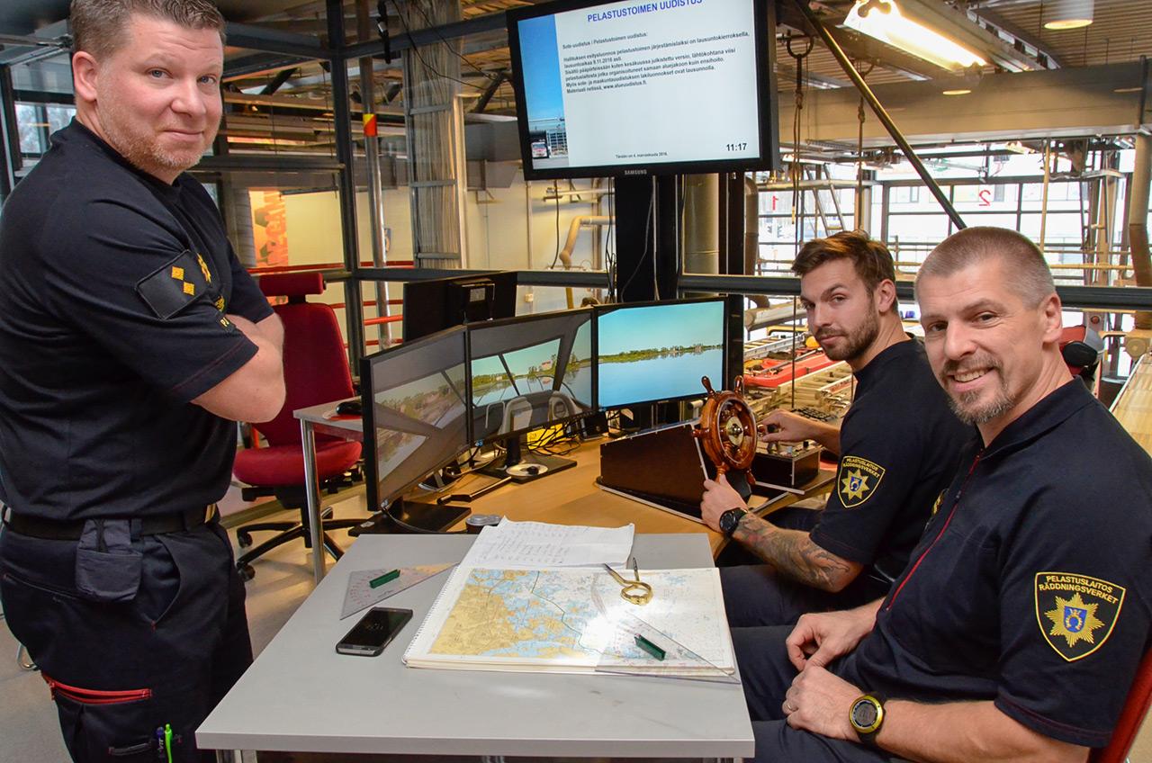 Länsi-Uudenmaan pelastuslaitoksen Niittykummun paloasemalla Espoossa harjoitellaan Stormwind-simulaattorilla navigointia Espoon edustalla. Paikalla paloesimies Peik Joutsen (vas.), navigoimassa palomies John Blomstedt ja ohjailemassa palomies Eppu Vilpponen. Simulaattori täydentää hyvin koulutusta ja jopa lisää paikallistuntemusta.