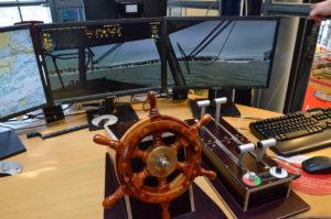 Palomies John Blomstedt on rakentanut simulaattoriin hienon ohjauslaitteiston ruoria ja kaasukahvaa myöten ilman aiempaa elektroniikkakokemusta.