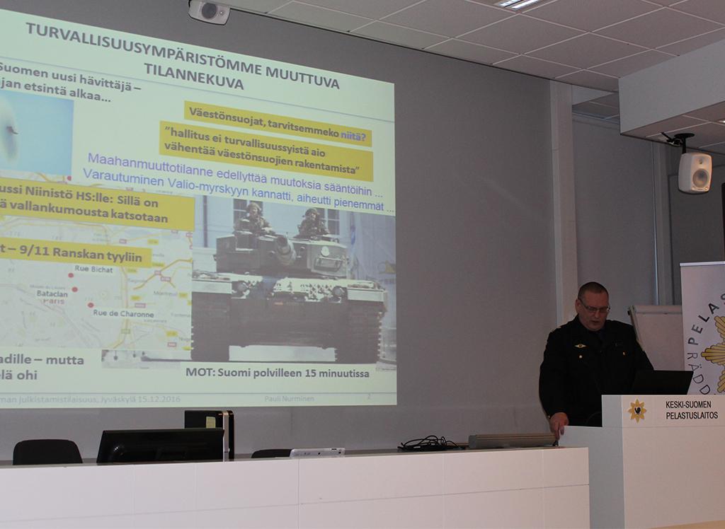 Pauli Nurminen esittelee valmiussuunnitelmaa.