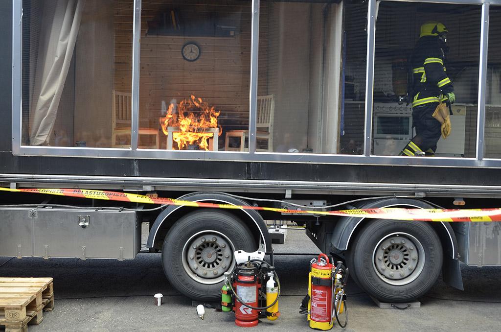 Suurin osa tulipaloista johtuu ihmisen omasta toiminnasta. Turvallisuusmessuilla esiteltiin viime vuonna täydentäviä sammutusmenetelmiä ja nähtiin, kuinka nopeasti esimerkiksi huoneistopalo leviää.