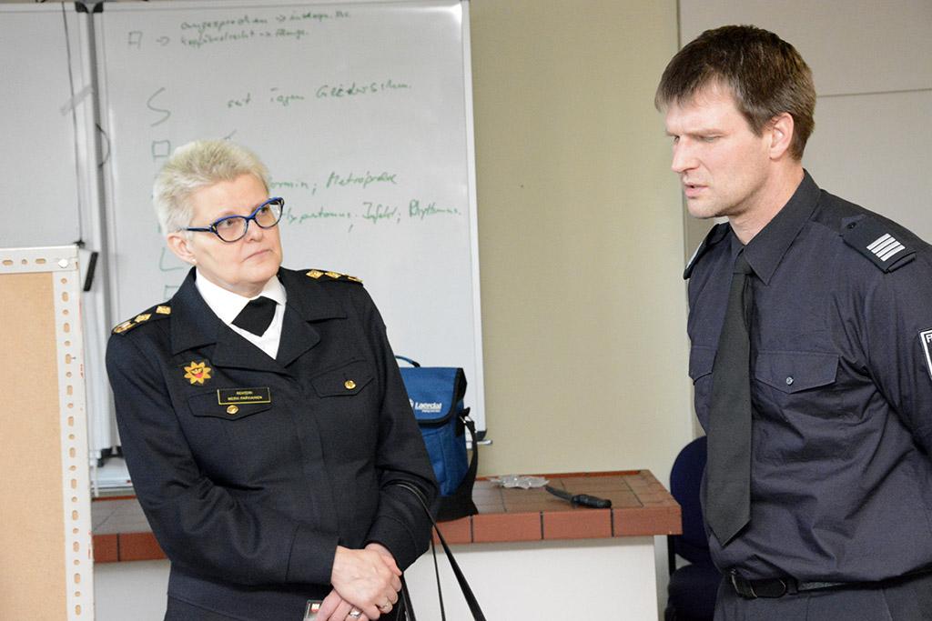 Mervi Parviainen ja Bremerhavenin pelastuskoulun johtaja Michael Reinicke.