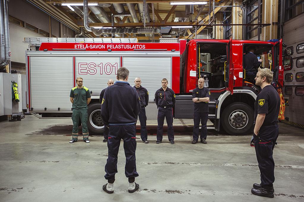Etelä-Savon palomiehiä vuoronvaihdossa Mikkelin paloasemalla.