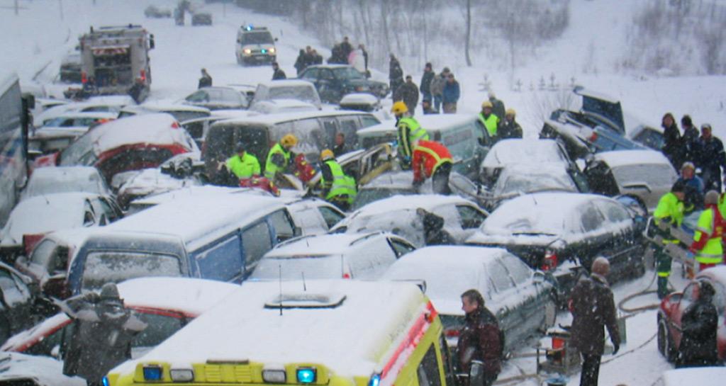 Hätävilkuilla voidaan varoittaa muita tiellä liikkuvia poikkeustilanteista. Lahdenväylällä sattui 12 vuotta sitten paha ketjukolari, jossa olosuhteet olivat surkeat.