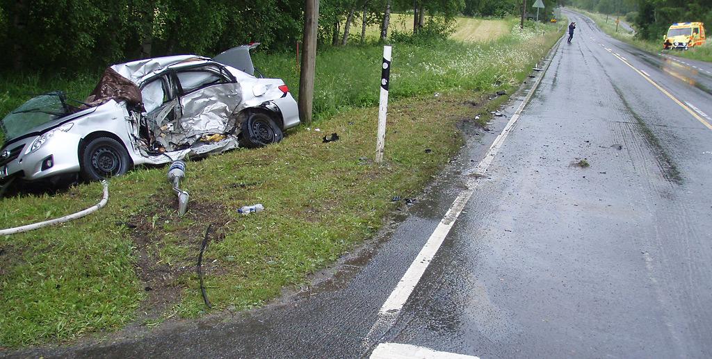 Ambulanssi osui keskelle Corollaa. Törmäyksessä jarrunsa menettänyt ambulanssi jatkoi matkaansa perä edellä kymmeniä metrejä. Molemmat henkilöautossa olleet ikäihmiset kuolivat paikan päällä.