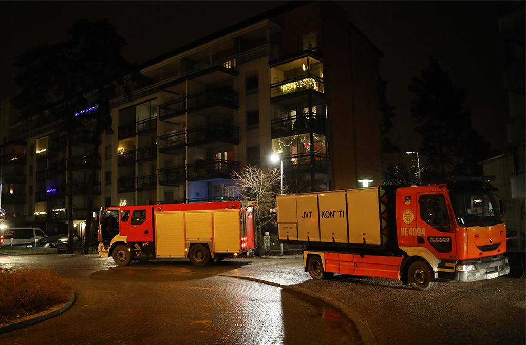 Pelastajat saivat jo itsestään hiipuneen palon sammumaan pienellä vesimäärällä ja uhrit siirrettyä hyvin savuisesta asunnosta ensihoitajien hoidettavaksi. Äitiä ja lapsia ei kuitenkaan enää voitu pelastaa.