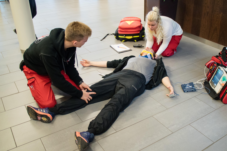 Hoitovastuussa oleva ensihoitaja pysyy tutkimisen ajan potilaan pääpuolella.