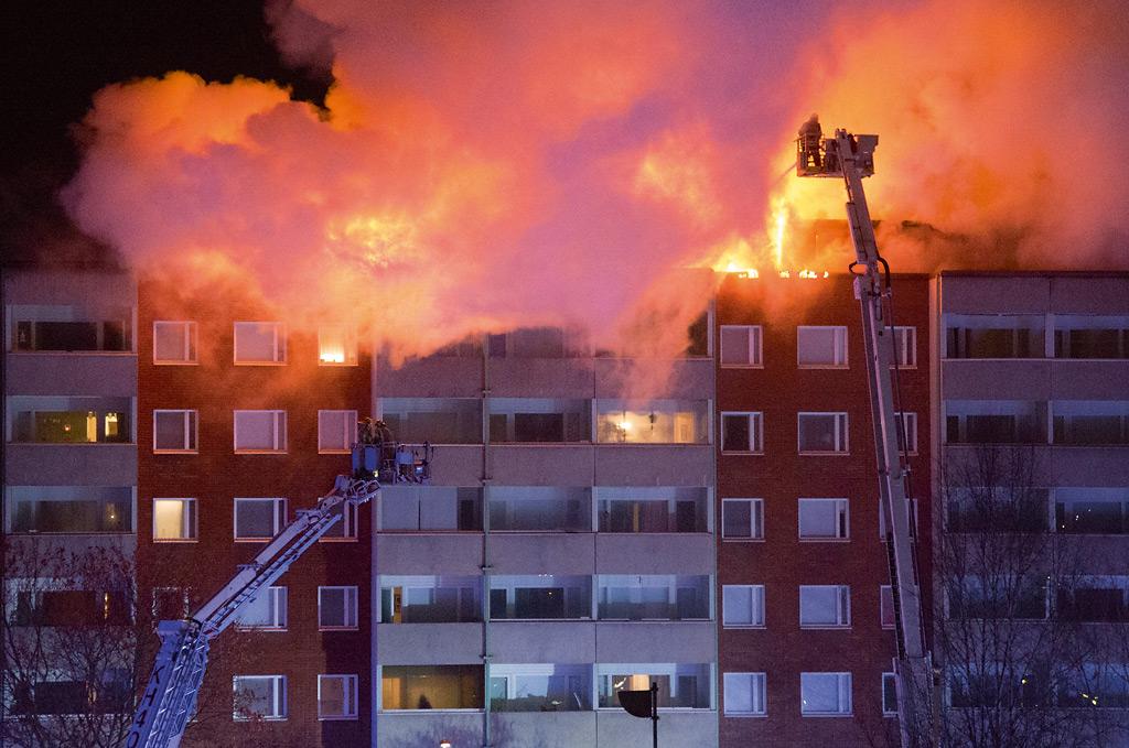 Rakennuspalojen määrä on vähentynyt ja tulipalo ei myöskään ihmisiä enää samaan tapaan pelota. Tulipaloja kuitenkin aina syttyy, kuten tässä kerrostalon ullakolla Riihimäellä marraskuussa 2016.