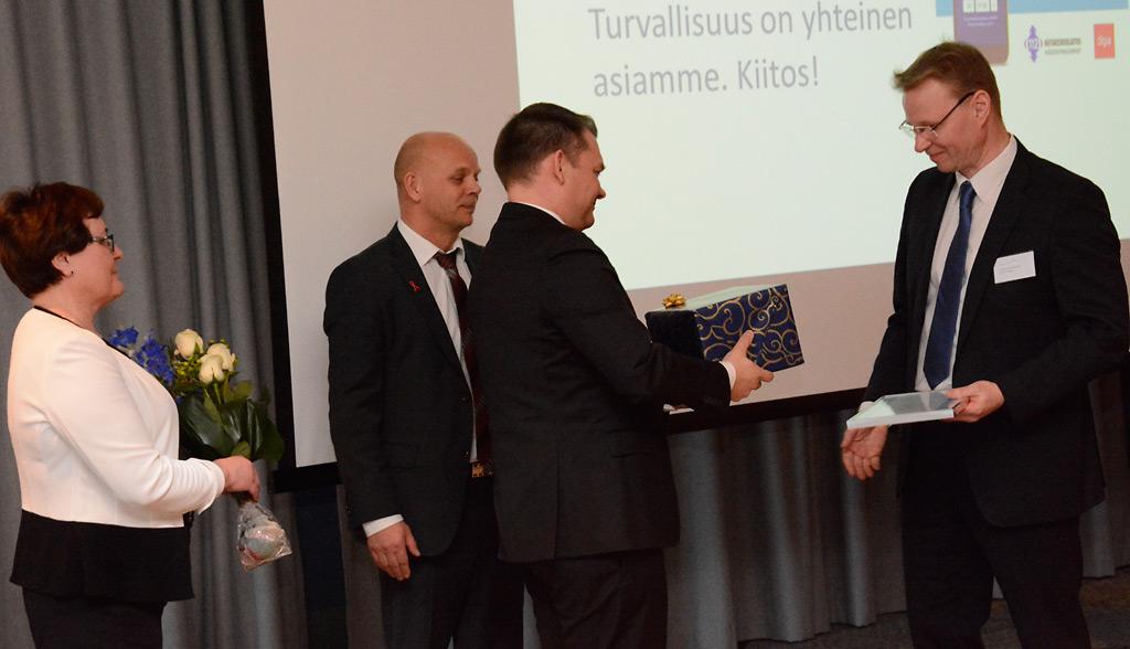 Turvallinen Suomi -tunnustuksen Juha Laitiselle jakoivat SPAL:n johtaja Kim Nikula, puheenjohtaja Ilkka Mustakangas ja järjestösihteeri Liisa Haimi.