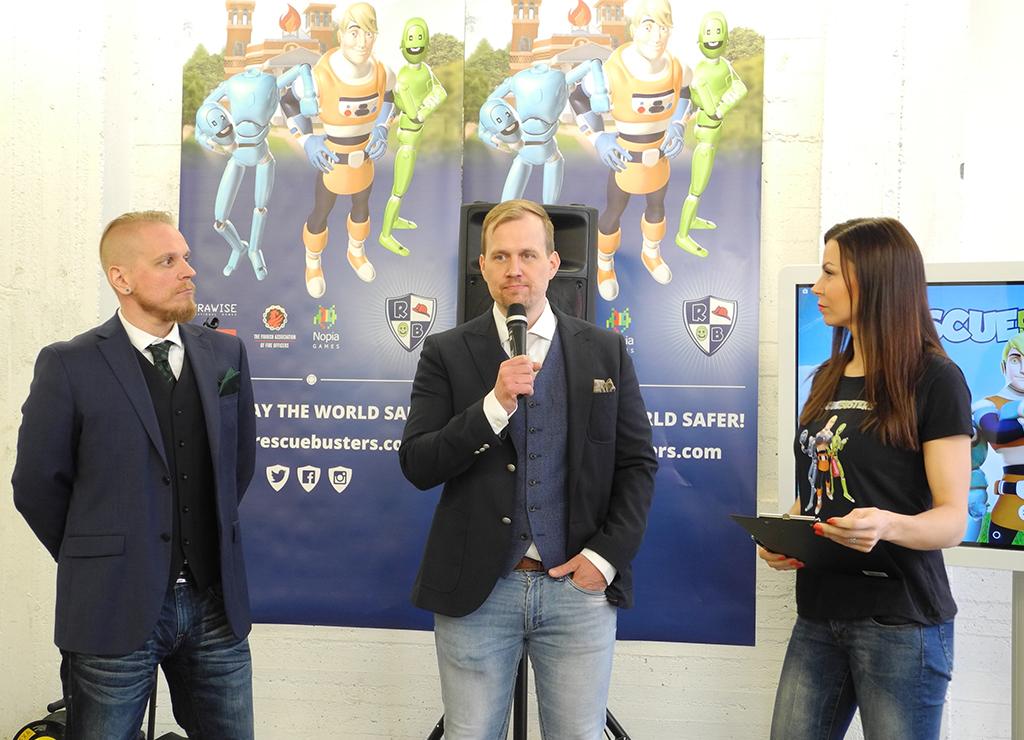 SyraWisen toimitusjohtaja Markus Syrjänen ja Rescuebustersin kehittäjä Jussi Rautio Mari Valosaaren haastattelussa Jätkäsaaren paloasemalla, jossa pelin kuulumisista kerrottiin huhtikuussa.