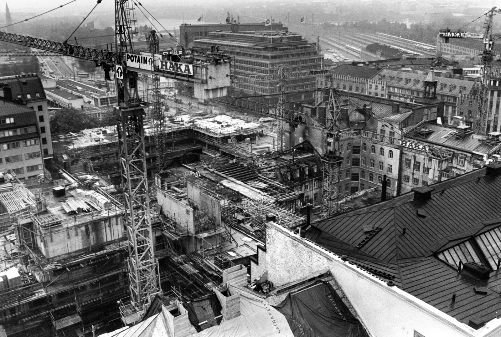 Kuva on hotelli Tornin kattoterassilta rakennustyömaan suuntaan. Savun tummentamat torninosturit jäivät palon jälkeen pystyyn. Vaara oli kuitenkin tarjolla myös niiden sortumisesta kuumuuden heikentäessä teräksiä. Kuva: Juhani Katajamäki.