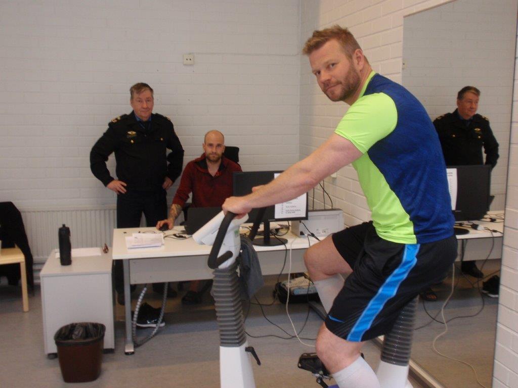 Pelastajan tulisi noudattaa terveellisiä elämäntapoja koko uransa ajan.  Pyörän päällä paloesimies Antti Kekäläinen, takana fysioterapeutti Tomi Hauska ja pelastuspäällikkö Ulf Westerstråhle.