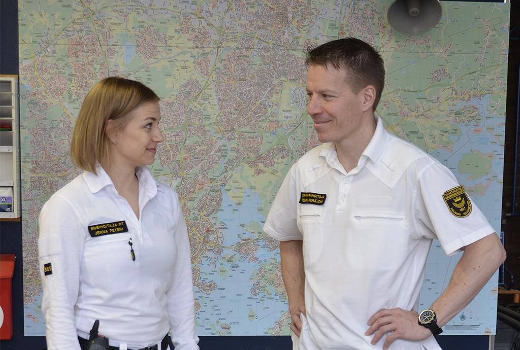 Hoitotason ensihoitaja Jenna Peteri ja sairaanhoitaja Teemu Peräjoki Helsingin pelastuslaitoksen keskuspaloasemalla.