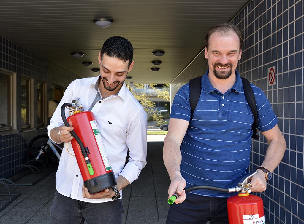 Palestiinalaistaustainen Sadek Elwan ja venäläinen Andrey Mustonen opettavat yhteisöilleen paloturvallisuusasioita.