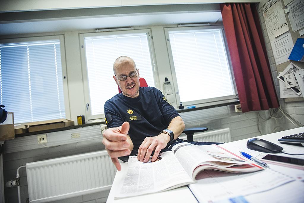 Useimmiten paloesimies Sam Back työskentelee Suomen punaisen ristin lipun alla, mutta myös kriisinhallintakeskus CMC:n ja Suomen kansainvälisen pelastusmuodostelman Finn Rescue Teamin riveissä. Hän selaa vuoden 2005 Pelastustietoa, jossa kerrotaan Thaimaan tsunamin pelastustoimista.
