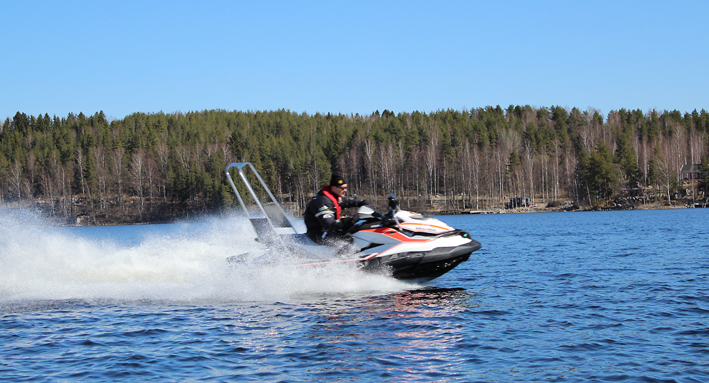 Keski-Suomen pelastuslaitoksen uusi vesijetti. Sen kantavuus on 295 kg, koneteho 155 hw, pituus 339 cm, leveys 170 cm, kuivapaino 438 kg.