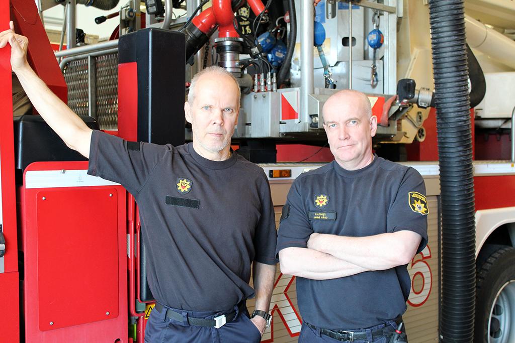 Palomiehet Erkki Uura ja Janne Hård totuttelevat uuteen työaikaan.