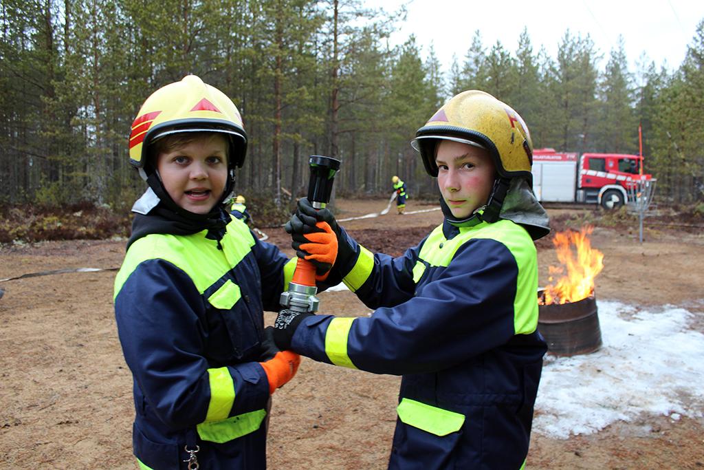 Alex Hautasuo (vas.) ja Valtteri Hämäläinen pääsevät kokeilemaan oikeita palomiehen hommia.