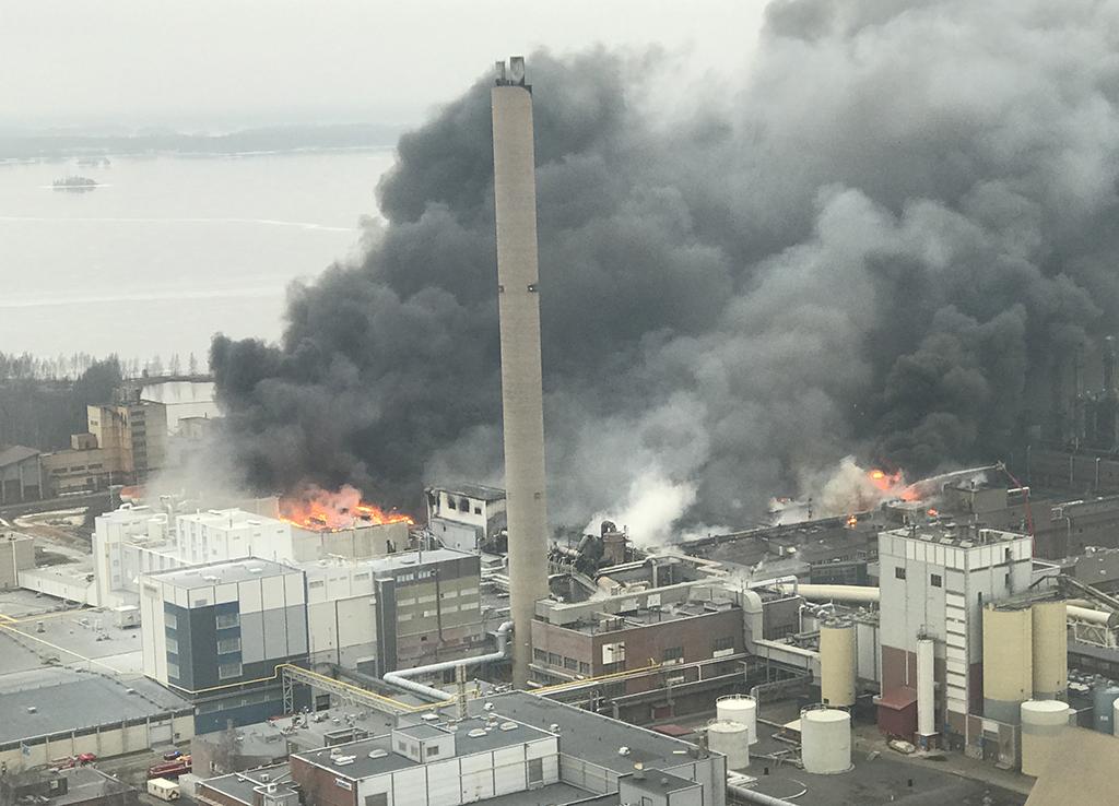 500 metriä pitkän ja 100 metriä leveän Huntsmanin tehdasrakennuksen loppupäässä on tulipalo.