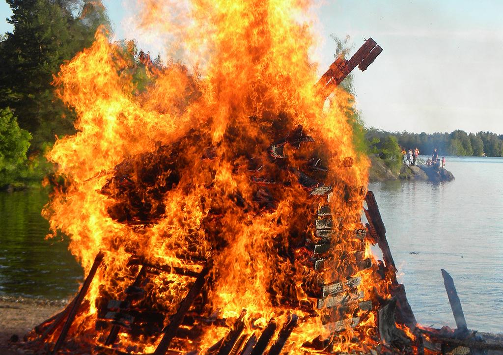 Juhannuskokon sytyttäminen on nykyään aina kielletty Ilmatieteen laitoksen antaman metsä- tai ruohikkopalovaroituksen aikana.