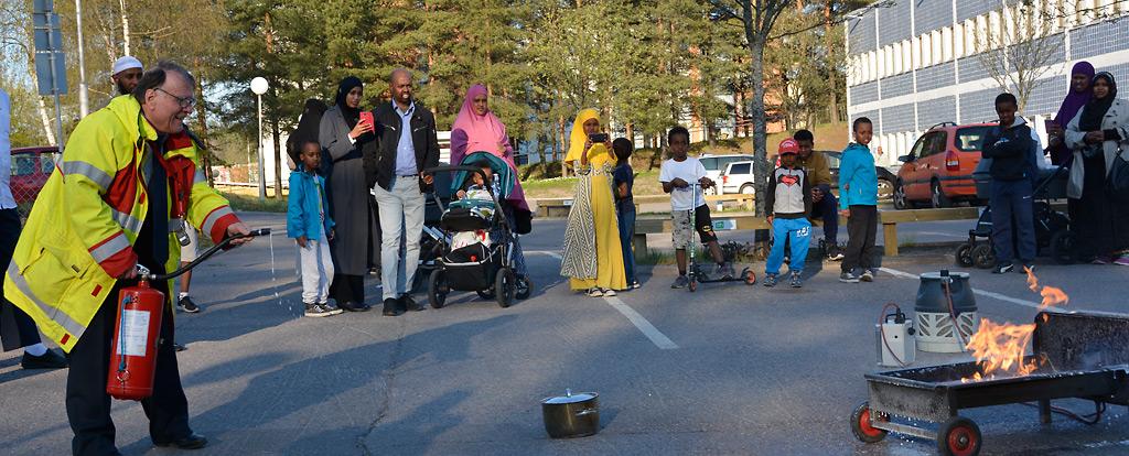 Hyvä esimerkki myönteisestä suhtautumisesta maahanmuuttajataustaiseen väestönosaan on Helsingin Pelastusliiton järjestämä alkusammutuskoulutus.