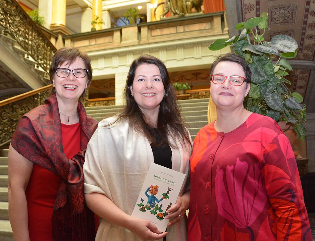 Iloisia ilmeitä Säätytalossa, jossa juhlittiin 10-vuotiasta Yhteiskuntaturvallisuuden seuraa ja uutta suomalaista varautumista käsittelevää kirjaa. Kirjan kirjoittajat Harriet Lonka (vas.) ja Katja Ahola sekä ulkoasusta vastannut Annukka Ahopalo.