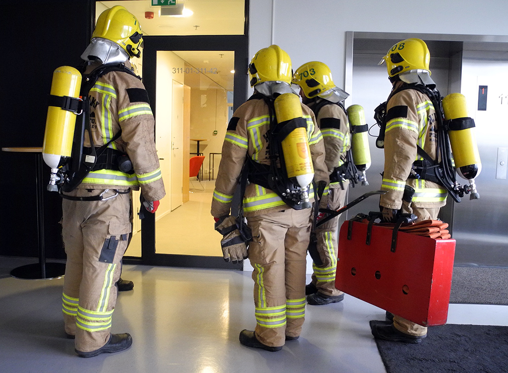 Pelastuskoulun pelastajaoppilaat harjoittelivat toukokuussa 2017 Ruoholahden toimistorakennuksissa.