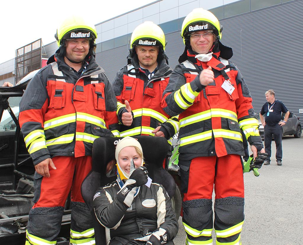 Koulutustiimi kentällä. Vasemmalta Jarno Joensuu, Mikko Saastamoinen ja Tero Vanhatalo. Edessä on näytöksessä potilasta esittänyt Laura Suvanto.