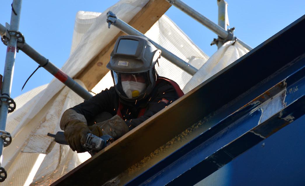 Tulitöiden lupaprosessia voidaan hallita nyt kännykkäsovelluksella. Rakenteilla olevassa laivassa annetaan työtahdin ollessa kiivaimmillaan yli sata tulityölupaa.