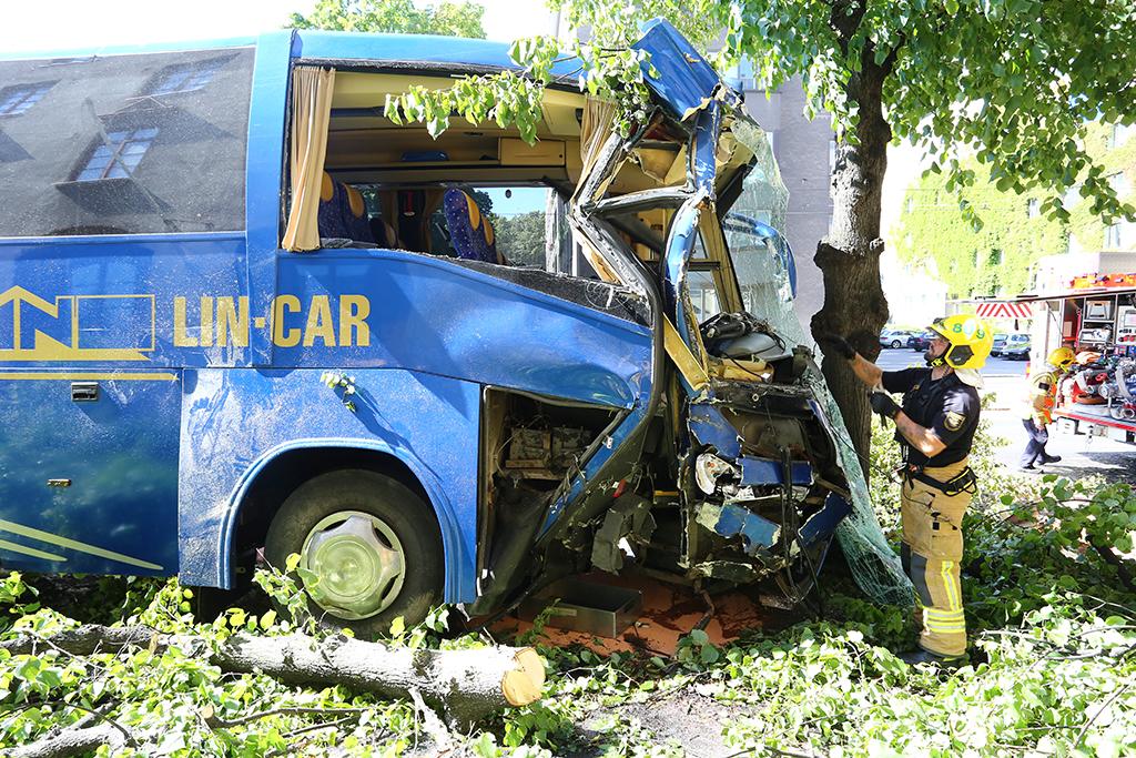 Turistibussi oli törmännyt puuhun. Paikalle hälytettiin hööki, raivausyksikkö, päivystävä palomestari, neljä ambulanssia ja ensihoidon kenttäjohtaja.