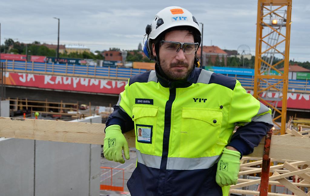 Triplassa tehdään töitä maan alla ja korkealla. Työsuojelupäällikkö Erno Martinin johdolla toimiva työsuojeluryhmä huolehtii ja valvoo työturvallisuuden toteutumisesta.