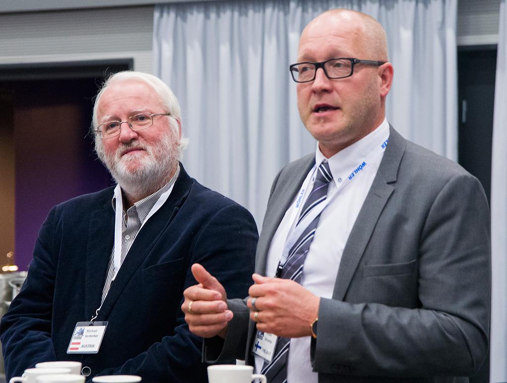 Euroopan Nuohoojamestaien liiton varapuheenjohtaja Michael Verderber (vas.) ja nuohoojamestari Petteri Virranta jakavat huolen pakollisesta nuohouksesta luopumisen vaikutuksista monissa Euroopan maissa. Se heikentää tulisijojen käytön turvallisuutta.