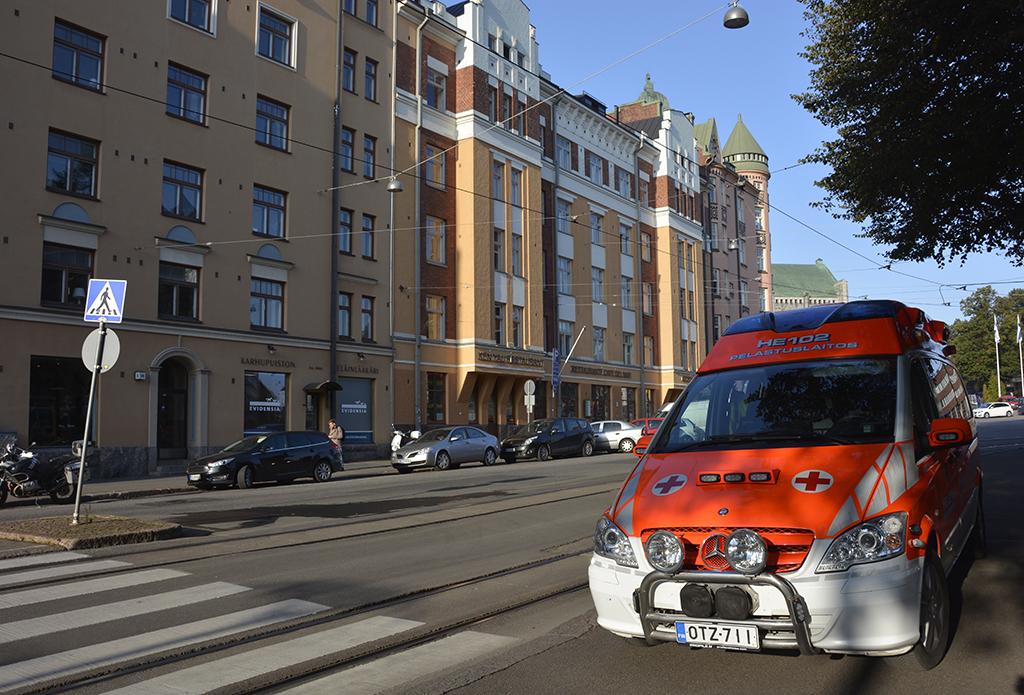 Helsingin pelastuslaitoksen henkilökunta käyttää uhkatilanteissa suojaliivejä.