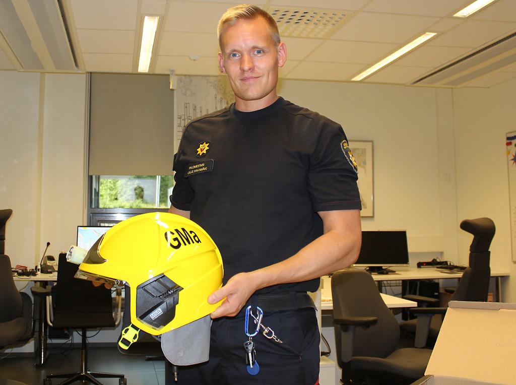 Kalle Hakamäki vei yhteyshenkilölleen tuliaiseksi muun muassa kypärän.
