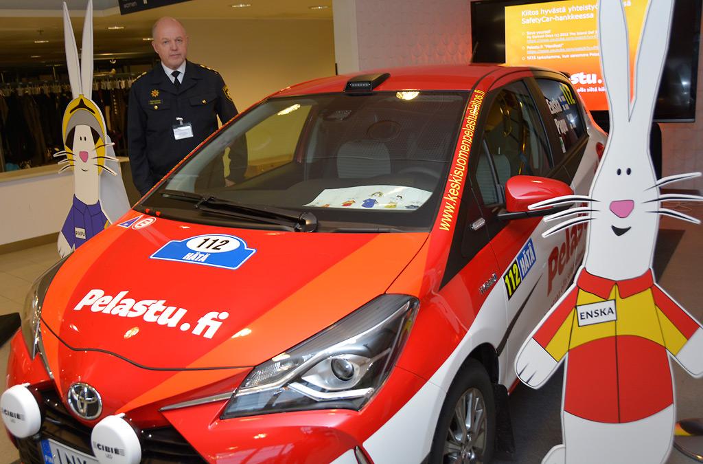 Pelastusjohtaja Simo Tarvainen esittelee uutta turvallisuusviestintäautoa yhdessä Enskan ja Papun kanssa.