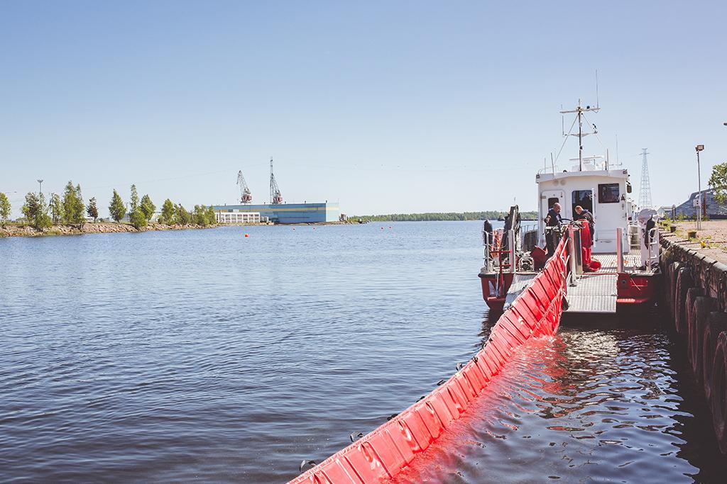 Ympäristöonnettomuuksien operatiivinen johtovastuu merialueilla siirrettäisiin ympäristöministeriöltä sisäministeriölle. Kuvassa Kymenlaakson pelastuslaitoksen puominnostolaite.