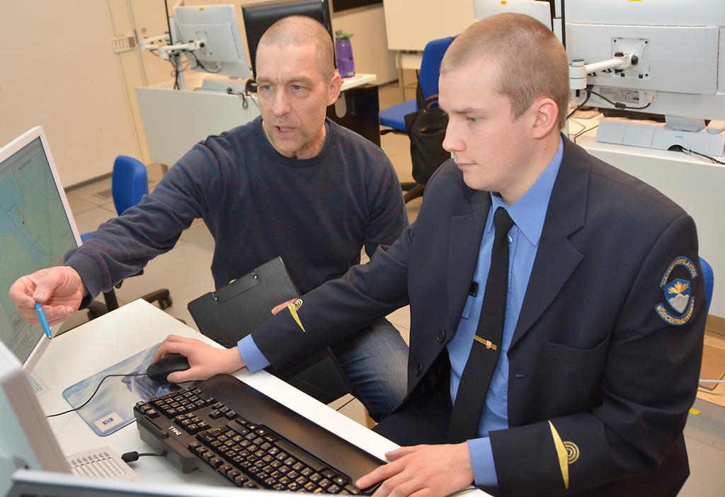 Pekka Heikkinen (vas.) opettaa tulevaa hätäkeskuspäivystäjää Aapo Huttusta. Hätäkeskuspäivystäjäkoulutus Kuopiossa täytti 20 vuotta.