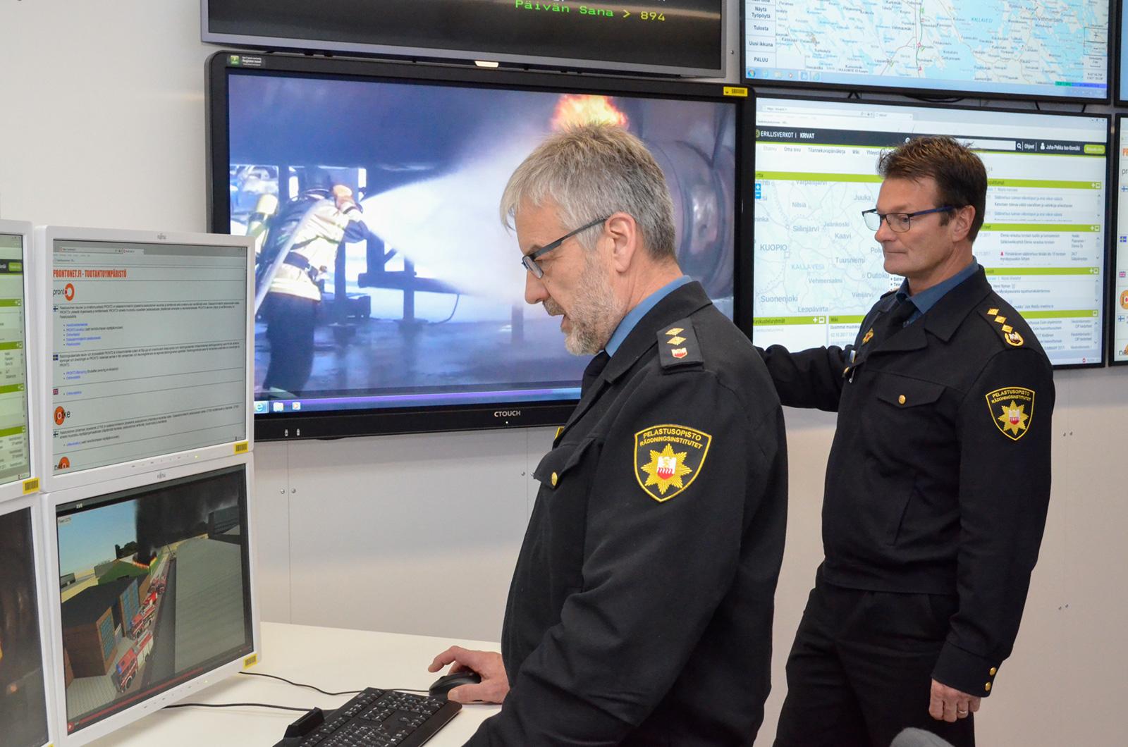 Vanhempi opettaja Tapio Neuvonen (vas.) ja yliopettaja Matti Honkanen iloitsevat Pelastusopiston uudesta tilannekeskuksesta.