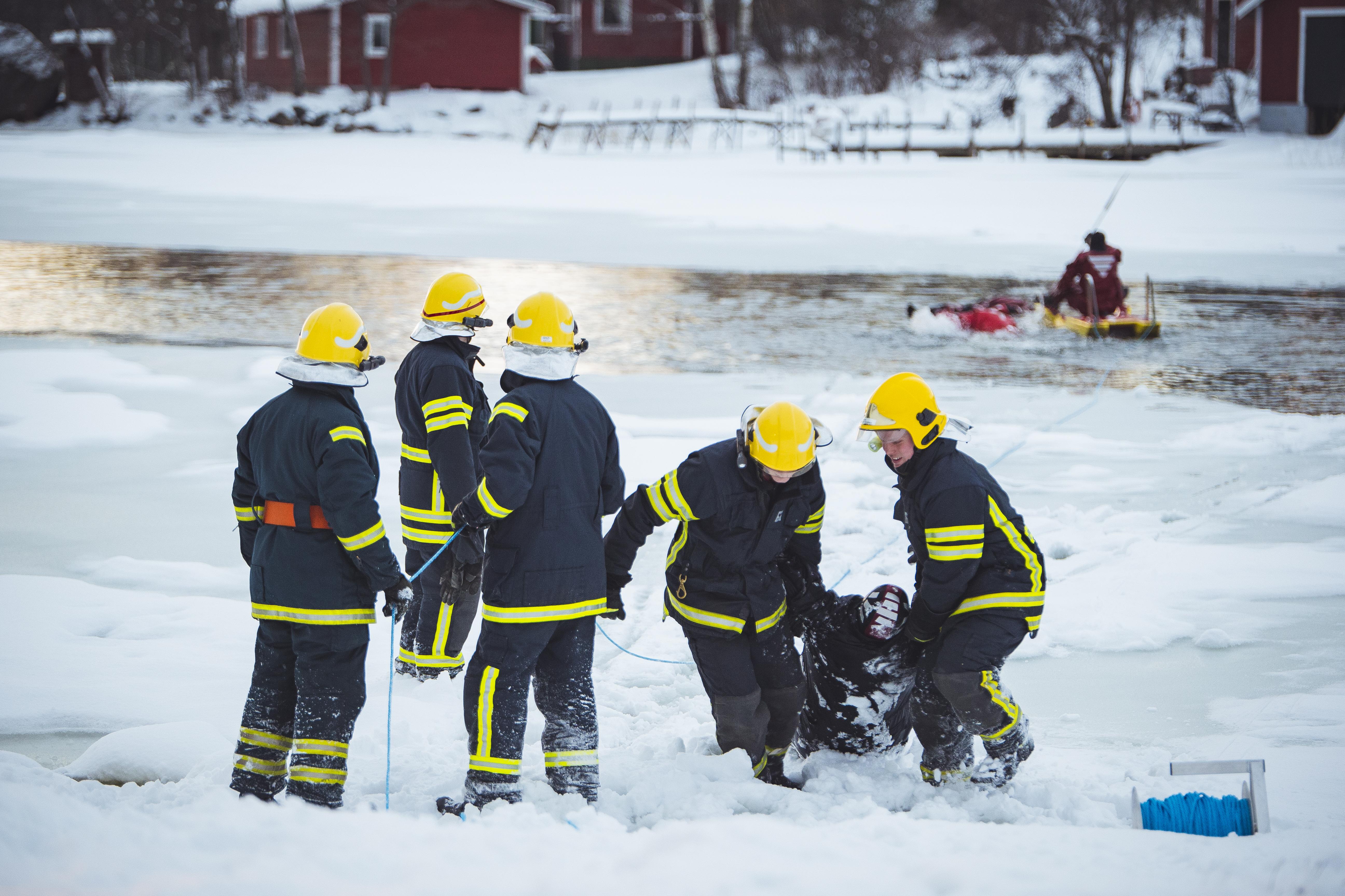 Ajankohtaisseminaari tarkastelee pelastusalan asioita sopimuspalokuntien näkökulmasta. Kuvassa harjoittelee Pellingin VPK.