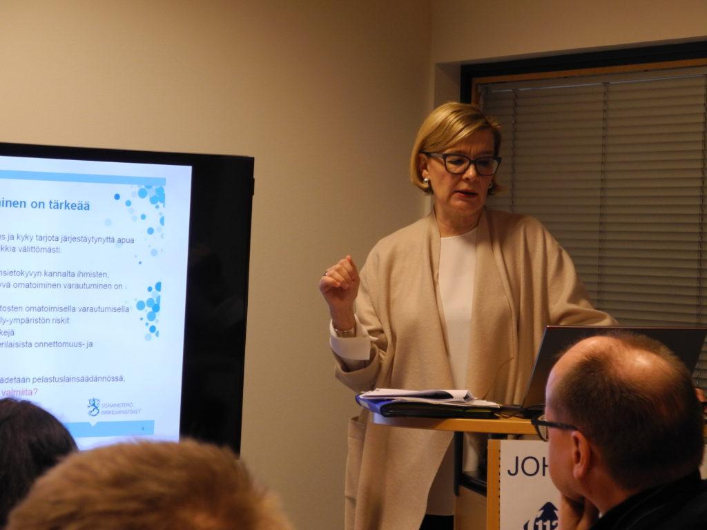 Sisäministeri Paula Risikko vieraili Keravan hätäkeskuksessa keskiviikkona.