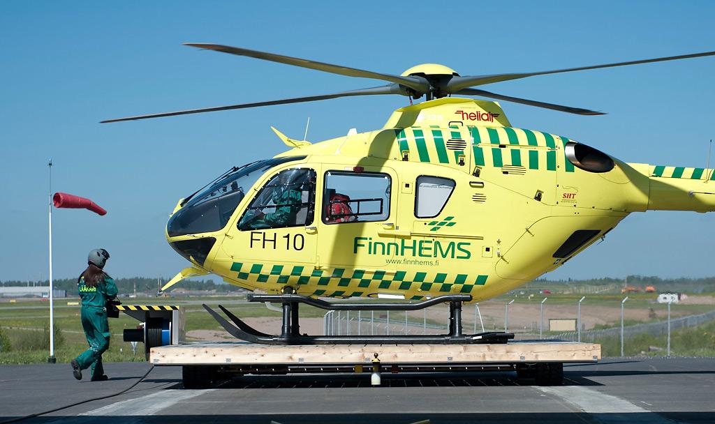Lääkäri kulkee FinnHEMS-helikopteriin Vantaan tukikohdassa kesällä 2015.