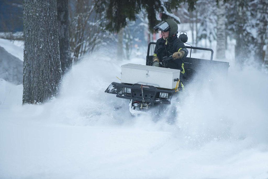 Lumi on tuttu elementti Kainuun pelastuslaitokselle. Ajoa mönkijällä talvella 2015.