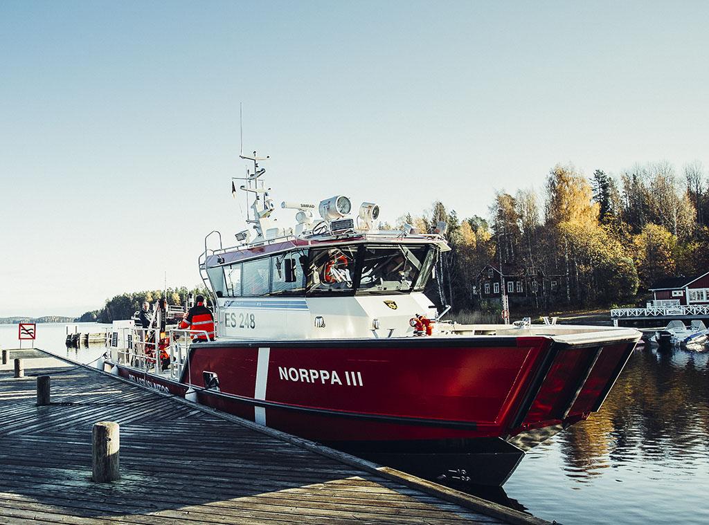 Lakimuutoksen jälkeen rajavartiolaitos johtaisi alusöljy- ja aluskemikaalivahinkojen torjuntaa merellä. Kuvassa Etelä-Savon pelastuslaitoksen öljyntorjunta-alus Norppa III.
