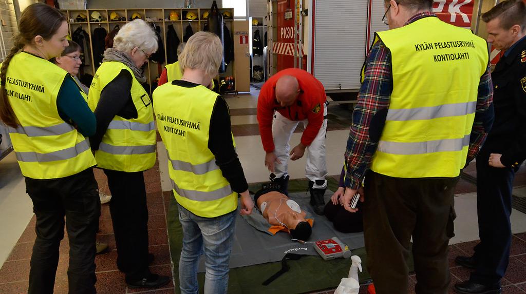 Kylän pelastusryhmä sai oppia peruselvytykseen keväällä 2016 Kontiolahdella.