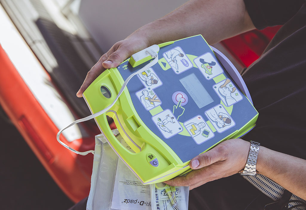 Sydäniskurit sijoitetaan ensisijaisesti kylille, joille on perustettu ja koulutettu pelastusryhmiä.  Kuvan defibrillaattori on Kymenlaakson pelastuslaitoksen käytössä.