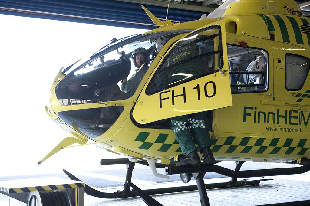 Hems-pelastaja ja lentäjä lähtivät tehtävälle Vantaalta toukokuussa 2015.