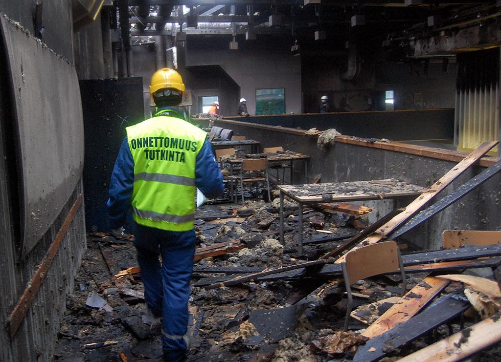 Otkesin tutkija Kouvolan koulupalon raunioilla helmikuussa 2014.